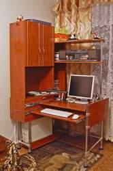 стол с монитором и системным блоком